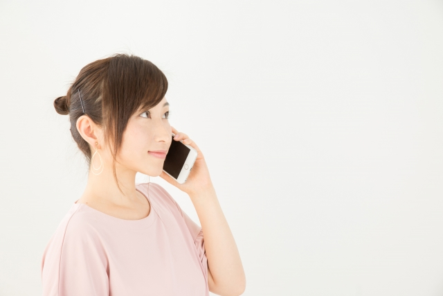 Amazonテクニカルサポートに電話する女性