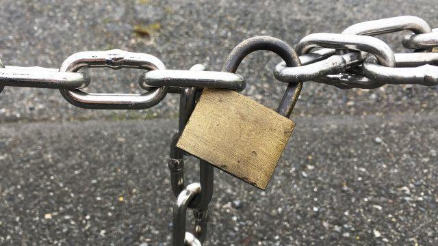 南京錠と鎖で閉鎖されている