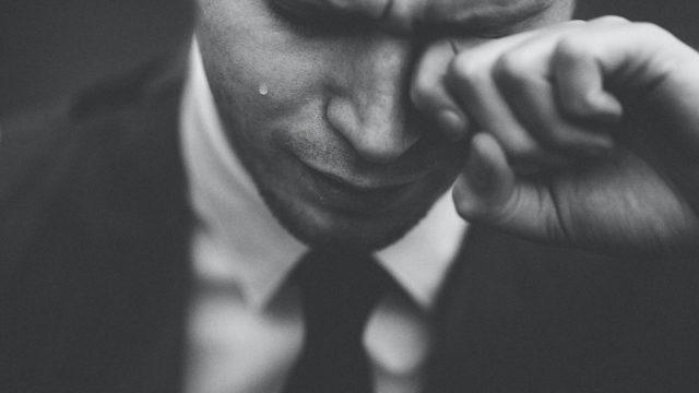 仕事に不安を感じている男性