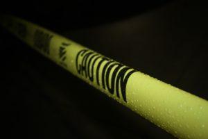 注意と書かれている黄色いテープ